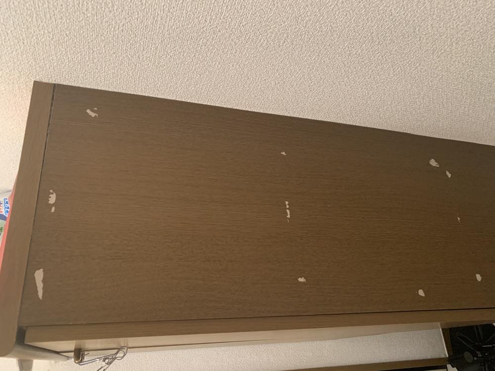 引っ越しするのですが、シューズボックスの横が写真のように剥がれてしまいました。 これは100均とかで何か買って塗ったりして誤魔化すことができますかね?