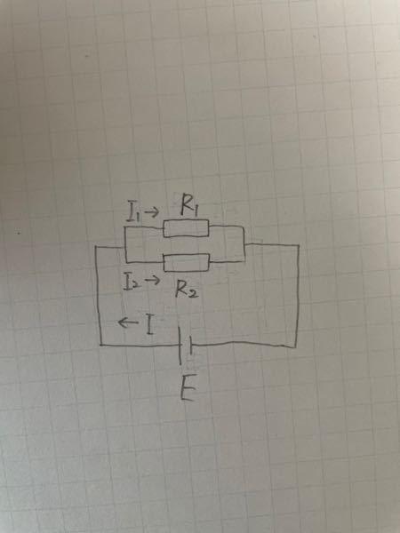図のような回路で,R1,R2 は抵抗値が30Ω,20Ωの抵抗,Eは起電力6.0 Vで内部抵抗の無視できる電池であ る. (1) R1,R2 の合成抵抗 R は何Ωか. (2) R1,R2 に加わる電圧V1,V2 はそれぞれ何Vか. (3) 電池を流れる電流 I は何Aか.またR1,R2を流れる電流I1,I2はそれぞれ何Aか. どなたか教えてください