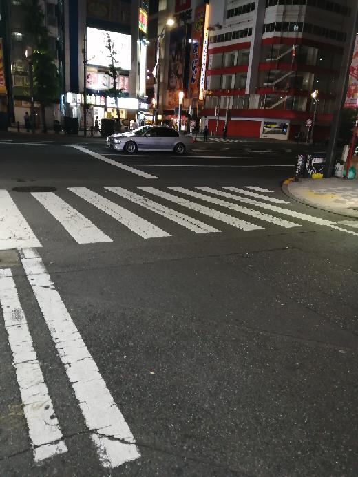 添付の写真の様な交差点で、左から来た車は停止線を超えずに左折を行えば、信号無視には問われませんか?