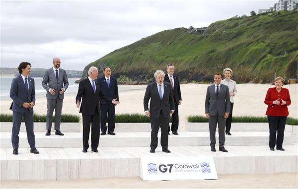 G7の集合写真です。 後ろの右と左はだれですか?