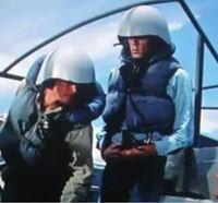 戦時中のアメリカ海軍の兵士がかぶっているヘルメットについて教えてください。 添付画像は映画『眼下の敵』のワンシーンですがこの兵士がかぶっている 巨大なヘルメットについて知りたいです。劇中では全ての兵士がこのヘルメットを かぶっていたわけでは無く、艦長などは普通のヘルメットをかぶっていました。