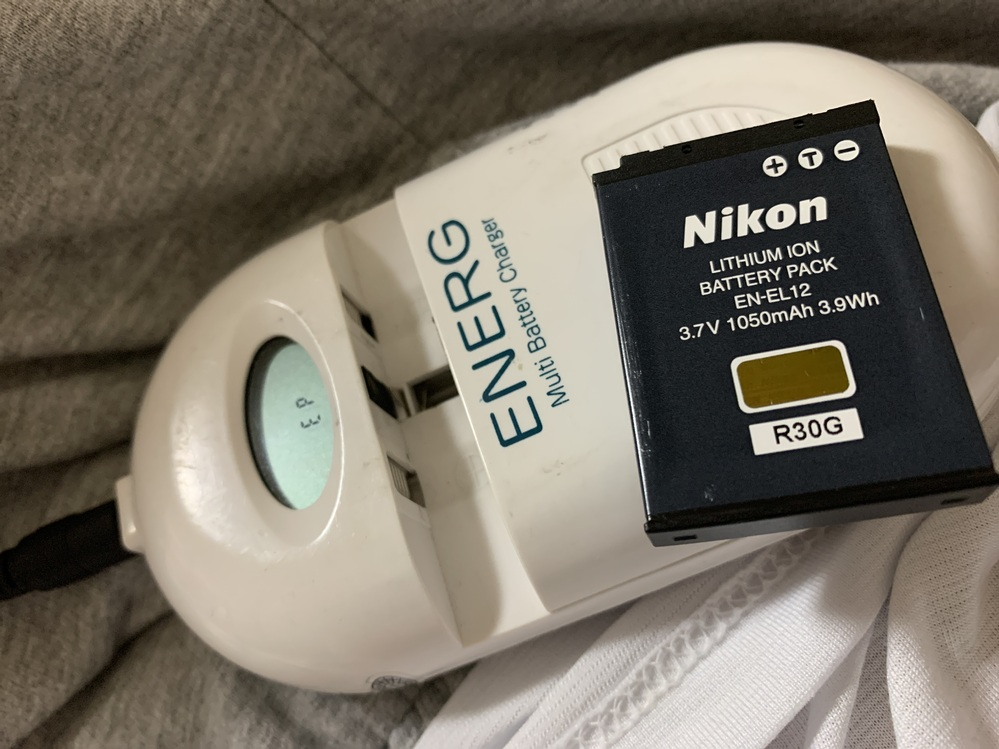 このバッテリーの充電の仕方を教えて下さい。説明書を紛失して困惑しています。