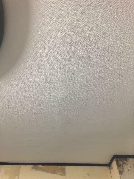 クロスの張り替えは初めてで良く分からないのですが今日、天井を張り替えいただいたのですが、なんだか縦に筋が入ったりボコボコしたりしてるのですが、これは新築でないので仕方ないのですか? 詳しい方教えて下さい。