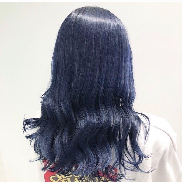 私はショートカットなのですが、髪が太くて毎回アイロンじゃ直せないくらいに髪が盛り上がる感じで寝癖がついてるので、夜お風呂入って寝て起きて朝にもう一度髪を洗ってるんです これから髪を青く染めたいなって思ってるのですが、寝癖直す時に髪洗わない方がいいですか? それと、シャンプーは紫シャンプーを使った方がやっぱり色持ちはいいですか? これくらいの色味にしようと思っています