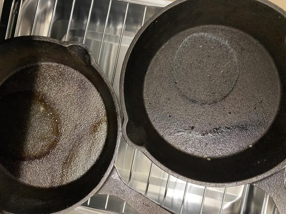 ダイソーでスキレットを買い、シーズニングをしました。 油を塗って何度か火にかける作業をしたのですが、写真のように火の当たっていた所が丸わかりです、、 シーズニング失敗でしょうか、、? 茶色っ...