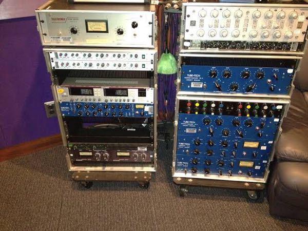 音楽詳しい方に質問です。 音楽スタジオなどに よくあるこの機械は何をする為の 何という名前のものなんでしょうか?