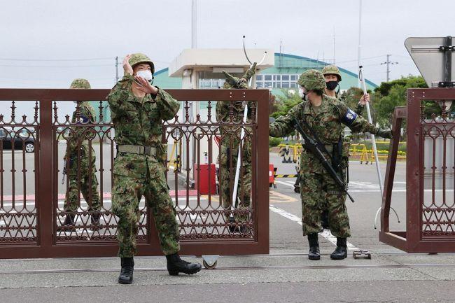 【動画】札幌市に出没したクマが自衛隊の門を突破し、自衛官が転がる映像 18日早朝に札幌市東区に出没した大きな熊が自衛隊丘珠駐屯地の門を突破し中に逃げ込んだ時のビデオです。 持ってる銃で撃てばいいのにとか言われているようですが、どうなんでしょうか? https://www.youtube.com/watch?v=rTHEaj4C5T0