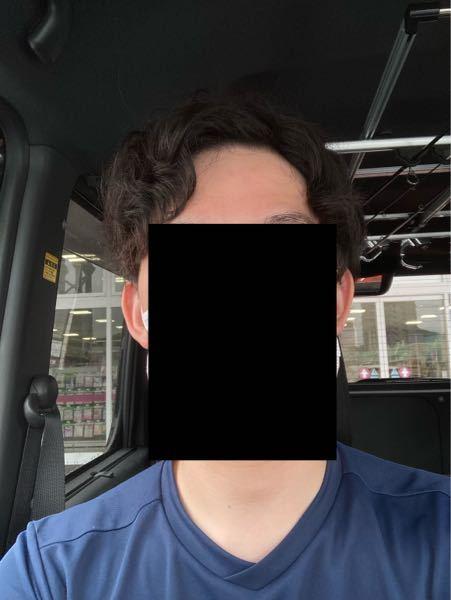 天パが酷くて髪型がマジでキモくなります。特に梅雨時期は大変です。今までは10年くらい縮毛矯正したりヘアアイロンかけたりして直毛ヘアーを保ってましたけどお金も手間もかかるし、もう天パを受け入れようと思い現 在は素の状態です。 【質問】 この髪型は変ですか? また最近禿げてきてる(M字が特に)のですが、天パハゲでも大丈夫なオススメ髪型とかあれば教えて下さい。