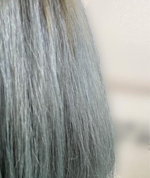 髪色についての質問です。 現在写真の色 (青系が色落ちして緑色)なのですが 次染める場合明るい茶色は綺麗に入るのでしょうか…? つぎ染める色を茶色か黒で悩んでおりどれくらいの明るさの茶色なら綺麗に入るか、もしくは茶色は綺麗に入らないのかを教えて頂きたいです。