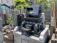 このお墓と同じ感じに古いお墓を 建て直す場合は、 いくら位の金額が掛かりますでしょうか? ちなみにこの写真はお参りに来ていた施主さんに 許可を取って撮りました。