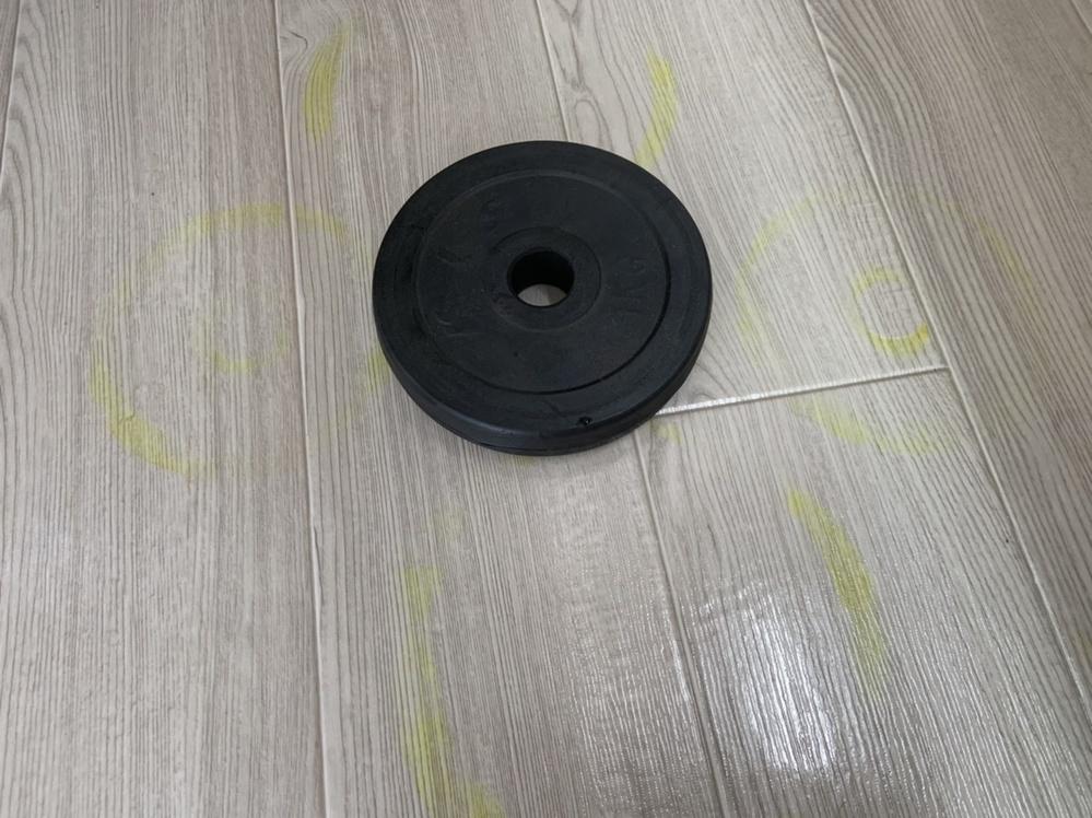 バーベル用の重り(1kg〜3kg)を床に置いていたところ、写真のように重りの形で床が黄色く変色してしまいました。 (画像は見づらいですが中央のバーベルの上下左右方向に丸い形の黄色い線が写っています。) 洗剤を使って拭いてみたのですが全然落とすことができず困っています。 効果的についてしまった色を落とすための 洗剤や拭き方などご存知の方いたら 教えていただけないでしょうか?