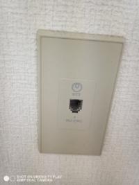 賃貸でnuro光を契約しようと考えているのですが、この画像の電話線がある場合、この電話線を通している穴から光ようの配線を通すのでしょうか? その場合大きな工事はないでしょうか?