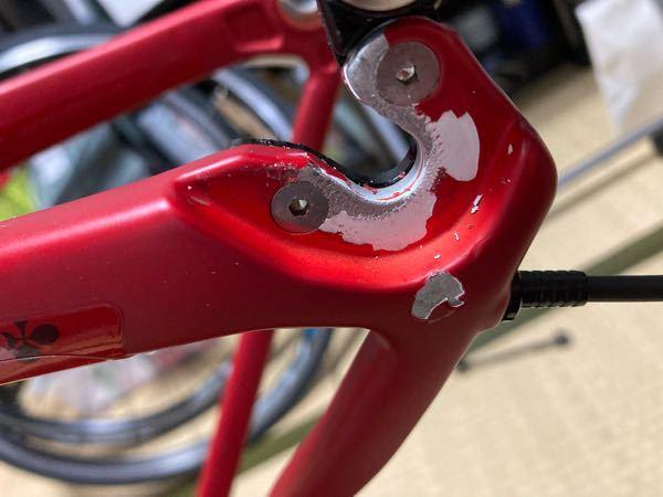 カーボンロードバイクの塗装剥がれ 後輪スプロケ側のクイックレバーを取り付ける位置の周辺に画像のように塗装剥がれを作ってしまいました(原因はクイックレバーの取り付けミスです) 時間経過とともにこの剥がれが広がっていきそうですし、フレームへのダメージにもなりそうで心配です。 どのように対処すれば良いでしょうか? よろしくお願いいたします。