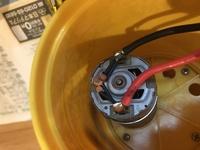水中スクーターのモーターをパワーアップしようとバラしてみたのですが、 モーターにはんだ付けされている3つの茶色い物は何か分かる方いらっしゃいますか?また普通なモーターを差し替えて問題ないのでしょうか? 宜しくお願い致します