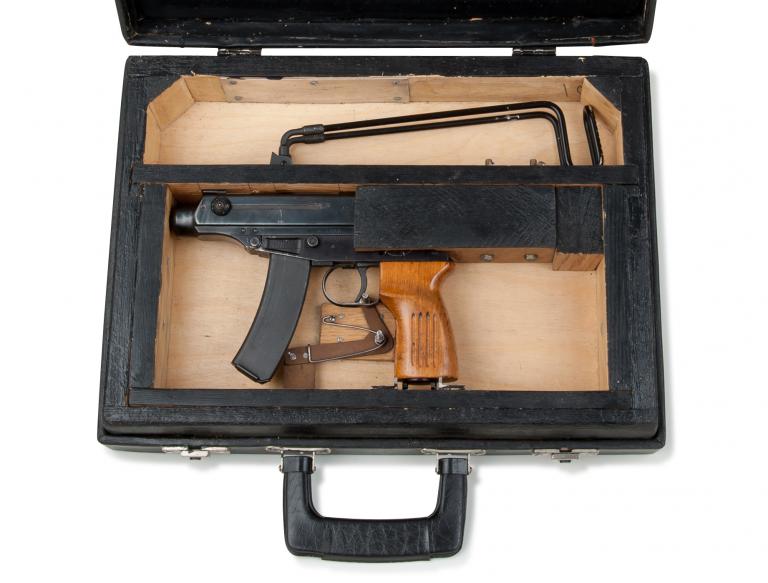 東ドイツの秘密警察が、VZ61スコーピオンをブリーフケースの中に仕込んだ物を使用していたみたいで、ちょっと興味が有ります。KSCのVZ61を持っていますが、これって市販のブリーフケースで真似出来...