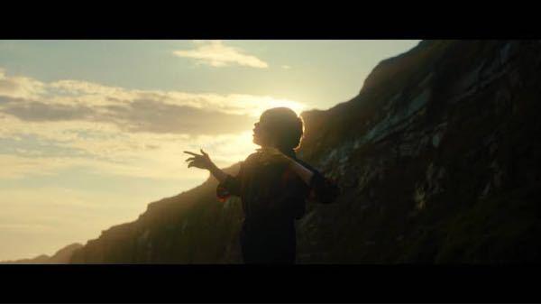 米津玄師の曲でいちばん世界観の好きな曲なんですが、 文豪の作品をリメイクかつリビルドした他の作品をほかにもご存知でしょうか? カムパネルラ 夢を見ていた 君のあとに 咲いたリンドウの花 この街は 変わり続ける 計らずも 君を残して 真昼の海で眠る月光蟲 戻らないあの日に想いを巡らす オルガンの音色で踊るスタチュー 時間だけ通り過ぎていく あの人の言う通り わたしの手は汚れてゆくのでしょう 追い風に翻り わたしはまだ生きてゆくでしょう 終わる日まで寄り添うように 君を憶えていたい カムパネルラ そこは豊かか 君の目が 眩むくらいに タールの上で 陽炎が揺れる 爆ぜるような 夏の灯火 真白な鳥と歌う針葉樹 見つめる全てが面影になる 波打ち際にボタンが一つ 君がくれた寂しさよ あの人の言う通り いつになれど癒えない傷があるでしょう 黄昏を振り返り その度 過ちを知るでしょう 君がいない日々は続く しじまの中 独り 光を受け止めて 跳ね返り輝くクリスタル 君がつけた傷も 輝きのその一つ 光を受け止めて 跳ね返り輝くクリスタル 君がつけた傷も 輝きのその一つ あの人の言う通り わたしの手は汚れてゆくのでしょう 追い風に翻り わたしはまだ生きてゆける あの人の言う通り いつになれど癒えない傷があるでしょう 黄昏を振り返り その度 過ちを知るでしょう 終わる日まで寄り添うように 君を憶えていたい カムパネルラ