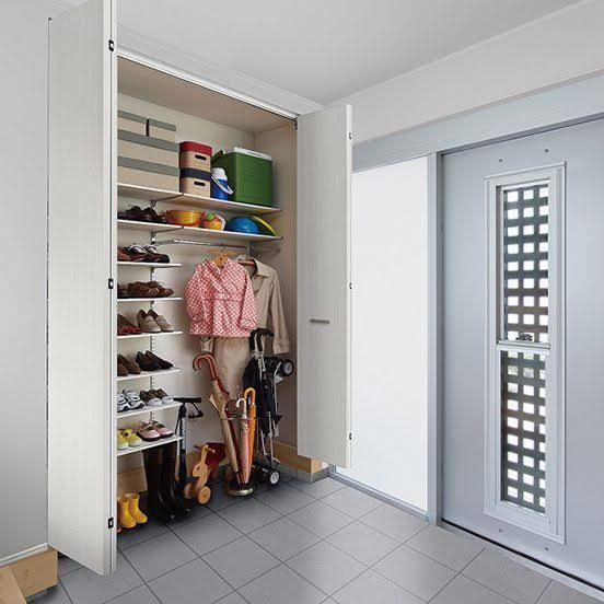 我が家の靴箱は、土間収納になっています。 最初は便利だと思ったのですが、 靴を取りたいときに玄関のタイルのところに降りないと、靴を取れません。 素足であまり降りたくないので、サンダルを用意しているのですが、本当は靴をひとつも玄関に置きたくないです。 何かいいアイディアはありますでしょうか? 画像は、参考画像です。 ドアも、位置的にもこんな感じです。