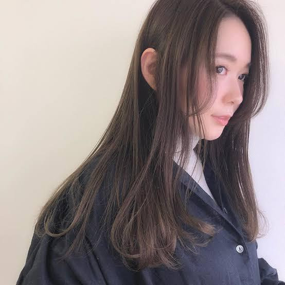 自分の髪型についてです。(ロング) 私は今前髪を伸ばしたくて、前髪をまとめて全て後ろに持っていきピン留めで留める(おでこ全開)というクッソダサい髪型で日々生活しています。画像のようなオシャレなセンター分けにしたくて前髪を伸ばしていて今唇位まで伸びました。いざ髪の毛を巻いてオシャレなセンター分けを真似てみたのですがほんとに似合わなくて。(ちなみに本当はシースルー前髪にしたいのですが似合わなすぎて諦めました)普通の前髪も似合わないしセンター分けも似合わないなら私は何の前髪が似合うのでしょうか。今までやった事ある前髪は、シースルー前髪.重めの前髪.センター分けです。自分の顔は面長です。やっぱり顔がブスじゃ何も似合いませんよね..自分量産型になりたかったのですがまず顔がブスだから無理だし前髪も似合わないので量産型は諦めるしかなかったです。自分の好きな格好、髪型に出来ないってほんとに辛くて死にたいーー、、