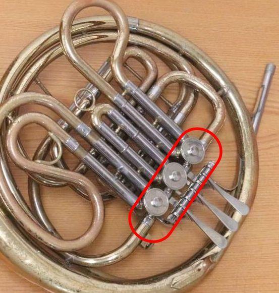 ホルンは右手を楽器の中に入れて倍音出すのは昔の話で、今はバルブ(添付のマーカー)で倍音を操作しているのでしょうか? レバー押しながら操作できるのでしょうか? ご存知の方教えてください