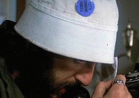 """アルパチーノ主演1973年の映画『セルピコ』で彼が被っているセーラーハットの缶バッチに書かれている文言どなたか分かりますでしょうか? """"LET'S COMBAT FORCES""""? """"LET'S COMBINE FORCES""""? それとも… よろしくお願いいたします。"""