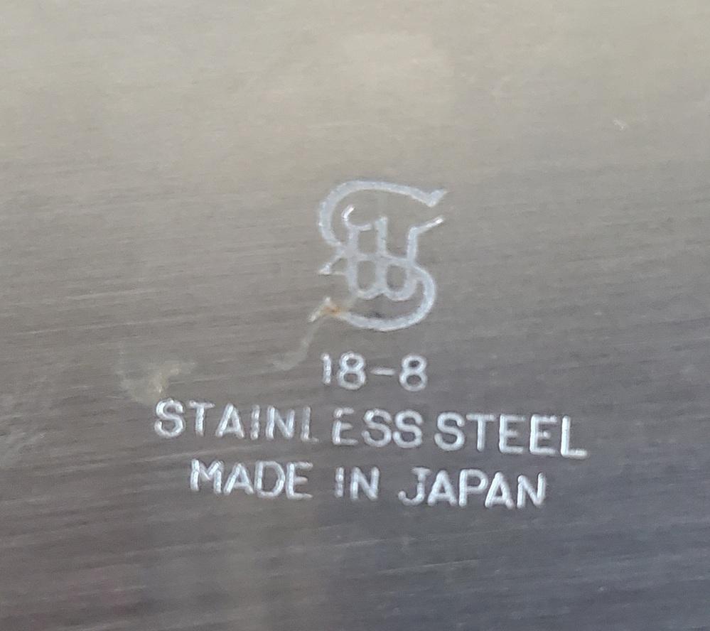 ステンレスの皿なのですが、どこのメーカーのロゴかわかる方教えてください!