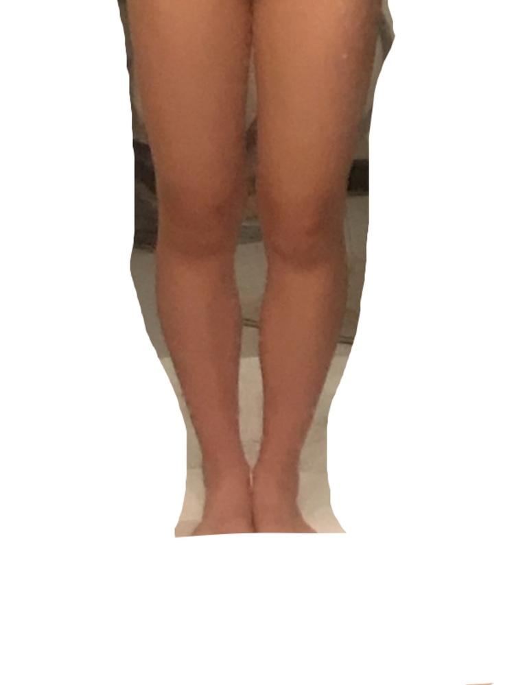 この足は太いですか。自分では太いと思っていて、周りの友達はお世辞で細いと言ってくれている気がしています。 足を細くする方法、真っ直ぐにする方法などありましたら教えていただけると嬉しいです。
