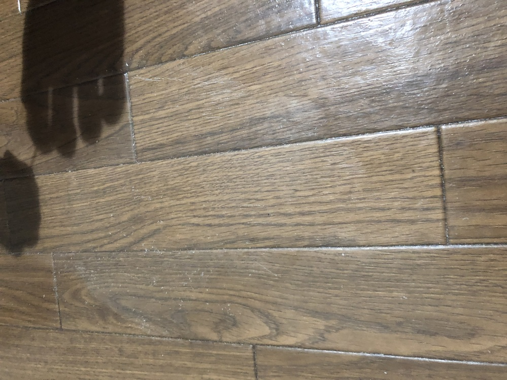 助けてください お酒が袋からこぼれていたようで、 クッションフロアの床一部が汚れてしまいました 。 白い汚れが中々落ちません 。 色々と調べて試してみて薄くなったのですが、まだ薄く残ってます… 写真だと薄く見えますが、こちらより少し白めです。 こちらを落とせる方法を教えてください… よろしくお願いします。