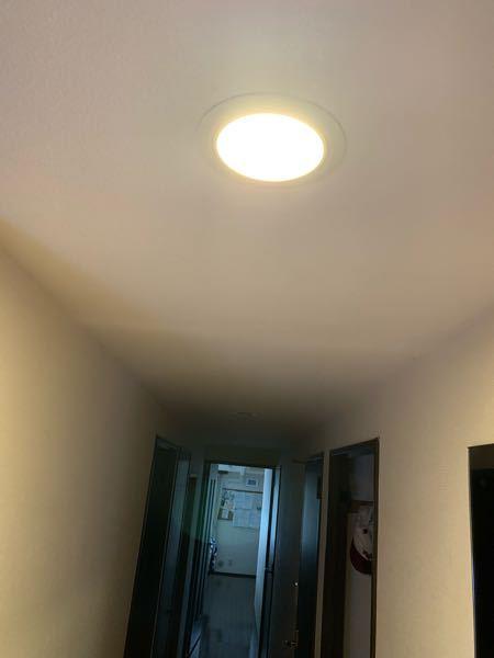 自宅マンションの廊下です。薄暗いので明るい照明に交換したいのですが、照明器具のソケット部分が奥まっているので間接照明のようになっています。 天井ボードと同じレベルにライトがつく方法が有れば教えてください。