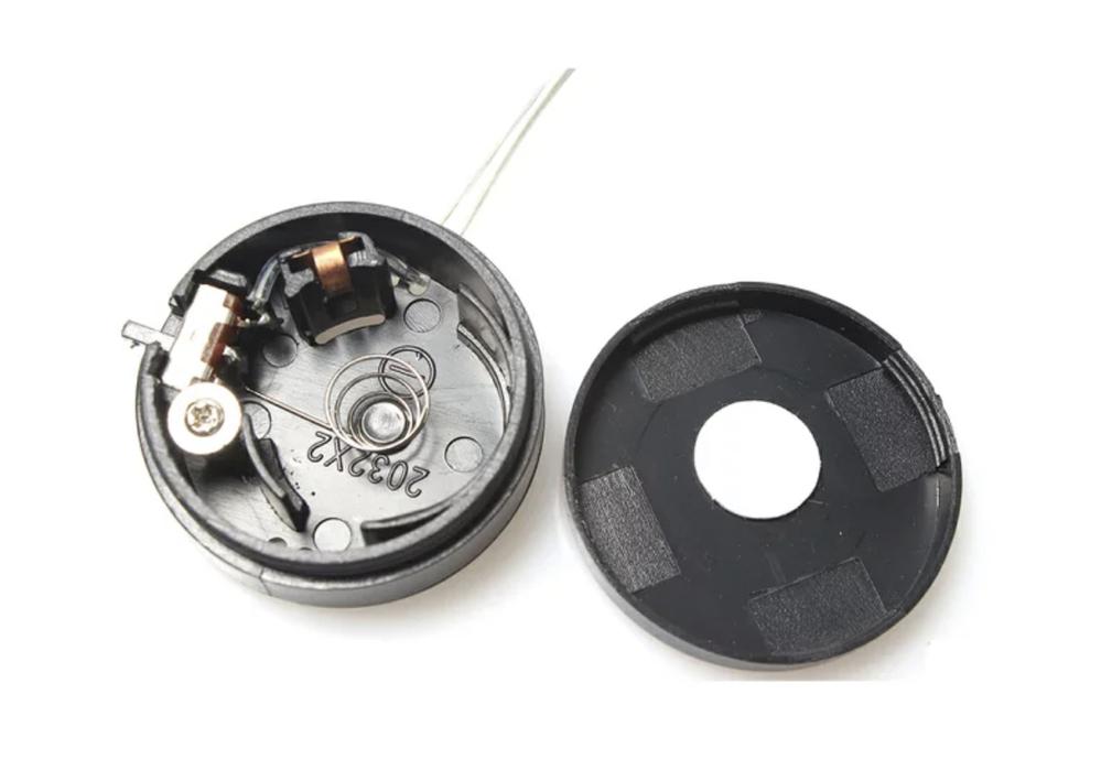 模型などの電気の配線について教えてください。 LEDライト(URL参照)をフィギュア(5cm×6cm程度)に内蔵させたいのですが、画像(+URLも参照)で挙げている電池ボックスと繋げば光りますか? コード部分のゴムを少し切ってお互いの導線を捻り繋いで、ビニルテープでカバーすれば繋げますか? 初心者でわからないことが多いです。 以下LED詳細です。 https://stone777.net/?pid=60686980 【パトライト模型概要】 LED数:5 x LED SYSTEM 比例:1/10 Color:赤/青/黄 材質:アルミ合金 サイズ:幅12mm×高さ18mm Connector:JST 入力Voltage(v):4.8~6V ボタン電池ホルダー詳細です。 https://www.amazon.co.jp/%E3%82%B3%E3%82%A4%E3%83%B3%E9%9B%BB%E6%B1%A0%E3%83%9C%E3%83%83%E3%82%AF%E3%82%B9-CR2032-%E3%82%B5%E3%82%A4%E3%82%BA%E3%81%8C2%E5%80%8B%E5%85%A5%E3%82%8B-%E3%83%9C%E3%82%BF%E3%83%B3%E9%9B%BB%E6%B1%A0%E3%83%9B%E3%83%AB%E3%83%80%E3%83%BC-%E3%83%90%E3%83%83%E3%83%86%E3%83%AA%E3%83%BC%E3%82%B1%E3%83%BC%E3%82%B9/dp/B07MKNX7CM 商品仕様】 【コイン電池 縦積み型】 2032サイズのボタン電池を縦積みで2個入る6V のバッテリーケース ON/OFFスイッチ付 ■電池サイズ:2032サイズのリチウムボタン電池×2個 ■サイズ : 直径約32mm(スイッチの突起部分除く) x 高さ12mm ■重量 : 約10g ■ケーブル長さ : 約30cm ■出力:6V (3Vコイン電池が2個直列になるため) ■省スペース型として重宝する縦積み型のコイン電池バッテリーケース!! ■極性:正極側のケーブルに赤いテープが貼ってあります ■スイッチ: オン/オフ