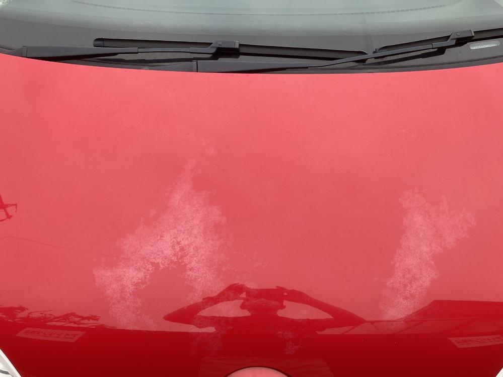 ガソリンスタンドの洗車機通したら急にボンネットのクリアが剥がれました。見た感じは白く曇った感じなんです。 こういうのは急に剥がれる物でしょうか。決して新しい車ではないので徐々にならわかるんですが。今までは全くなかった物がボンネット半分ぐらい白っぽくなってしまいました。