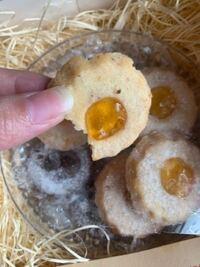 クッキーのカビについて。 1週間くらい前に開封した手作りクッキーなんですが食べてみたら湿気ててよく見るとうっすらポツポツ見えるのですがカビですか? 賞味期限7月3日です