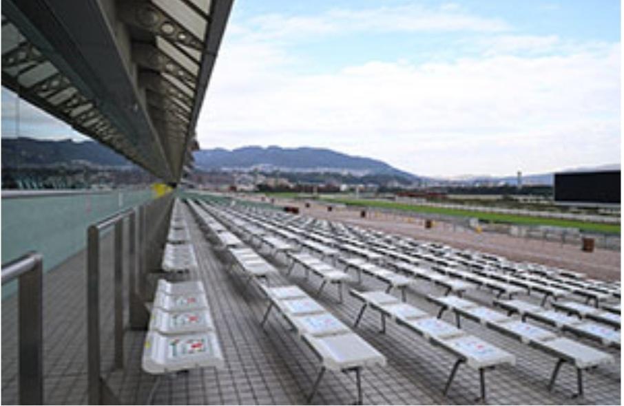 【阪神競馬場 屋外席の屋根について】 お世話になっております。 宝塚記念当日のスマートシート(屋外席)に当選したものの、皆様ご存知の通り週末は雨予報です。 購入済の座席位置は最後列なのですが、JRAホームページの写真を見ると、建物から出ている屋根(ひさし?)が屋外席最後列の上まで掛かっているようにも見えるので、風向き・雨量によるのでしょうが、小雨くらいは凌げないかなぁと思っております。 現地で実際に経験された方がいらっしゃれば、ご意見伺えますと幸いです。 長文失礼いたしました。