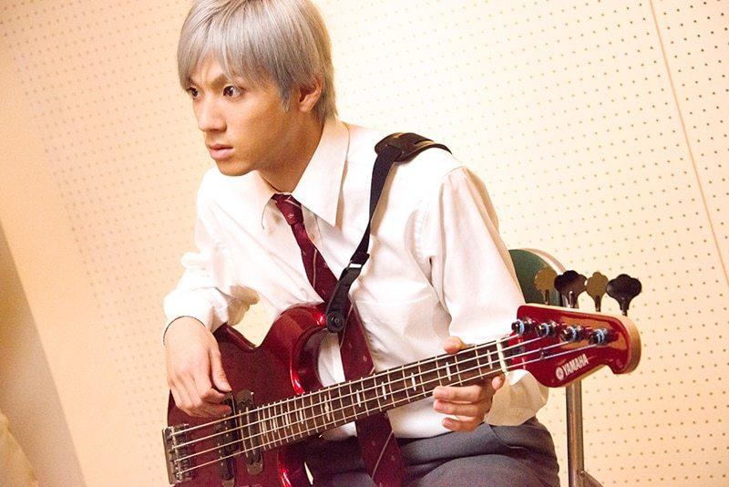 映画「二度目の夏、二度と会えない君」で山田裕貴さん演じる石田六郎が使っていたベースの種類(?)が知りたいです。↓