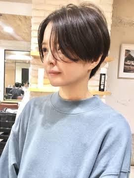 この髪型、顔タイプフェミニンでも似合いますか? プロの方に顔タイプフェミニンと診断されました。顔の形は卵形です。 顔タイプフェミニンはショートヘアが似合わないとネットで書かれていました。 ショートヘアにしたい欲求が強く… でもどうせお金を払って髪を整えるなら やっぱり似合うものにしたい…というワガママもあり… 現在、髪を伸ばすか切ろうか葛藤中で 知恵袋に投稿した次第です。 こういう髪型の方が似合うよ〜等 皆様のアドバイスお待ちしてます!