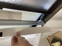 ウィンドウエアコン(窓用エアコン)にて 枠を窓に取り付けたまでは良かったのですが、取扱説明書の絵だと枠には写真のようなヒダ?ピロー?のようなものが枠の下部にも既に取り付け済みになっていて、実際には写真のように上部のみ取り付け済み、下部は取り外された状態です。 下部にも取り付けようにも、取り付け方がわからないのですがわかる方いらっしゃらないでしょうか??