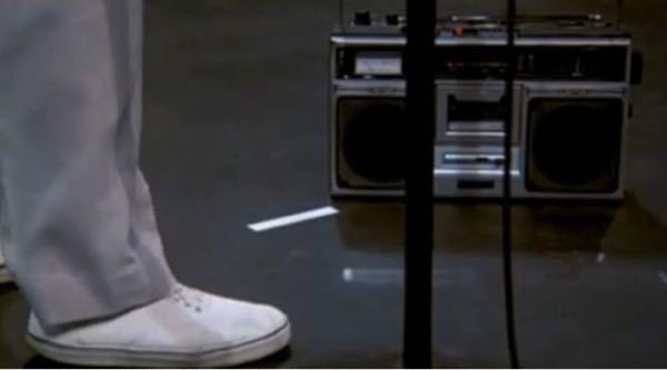 Talking Heads の映画「Stop Making Sense」の一曲目「Psycho Killer」。床に置いたラジカセから鳴るリズムに合わせて演奏しますが、映画に(客席にも?)流れる...