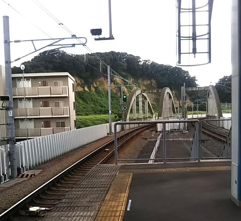 JR南武線、南多摩駅近くの崖って何でしょうか?砕石場?なんでしょうか?地図をみても何も書いていません。
