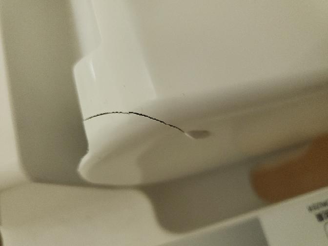 ビルのトイレの便座が割れてるのですが、これは明らかに上に座って寝たりしてますよね?