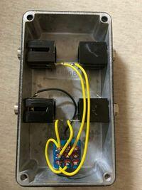トゥルーバイパスにするためにループセレクターを自作したのですが、踏み続けている間だけバイパスして足をスイッチから離すと元に戻ってしまいます。一度踏んだらバイパスもう一度踏んだらエフェクターラインを通る 様な仕様にしたいのですが、どうしたらいいですか?エフェクター制作などの電気系は初心者ですのでわかりやすく教えていただけると嬉しいです。