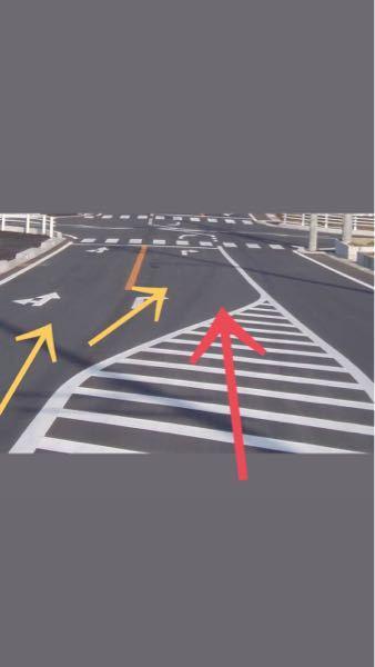 ゼブラゾーンの走行についてなんですか、頑なにゼブラを避けて黄色矢印で行く車なんなんですか? ゼ...