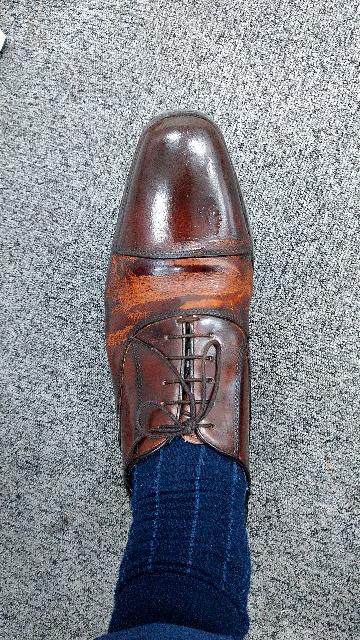 買って一ヶ月もたたないうちに このように靴の塗装?が剥がれてきました。 靴の液体クリームを塗ったせいでしょうか? といっても10年以上社会人で革靴を履いていますが、このケースは初めてです。。 こ