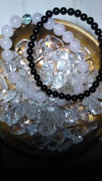 モリオン(黒水晶)に詳しい方! 天然石のモリオン(黒水晶)を購入しました。 強い魔除けのストーンという事で、私なりに調べたのですが、ある記事によると 「モリオンは、自身のエネルギー以外を寄せ付けず、他のパワーストーンのエネルギーを吸い取る為、単体で扱うべきもの。」とあり、とりあえず単体でブレスレットを作りましたが、例えば、違うストーンのブレスレットと一緒に着ける事も同じ意味になってしまうので...