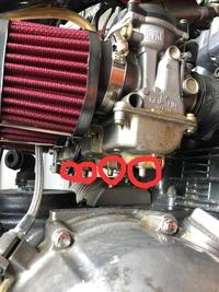 ゼファー400 キャブレター ガソリン漏れについての質問です。 下の穴4つからガソリンが漏れます。 原因はなんでしょうか? 宜しくお願い致します。