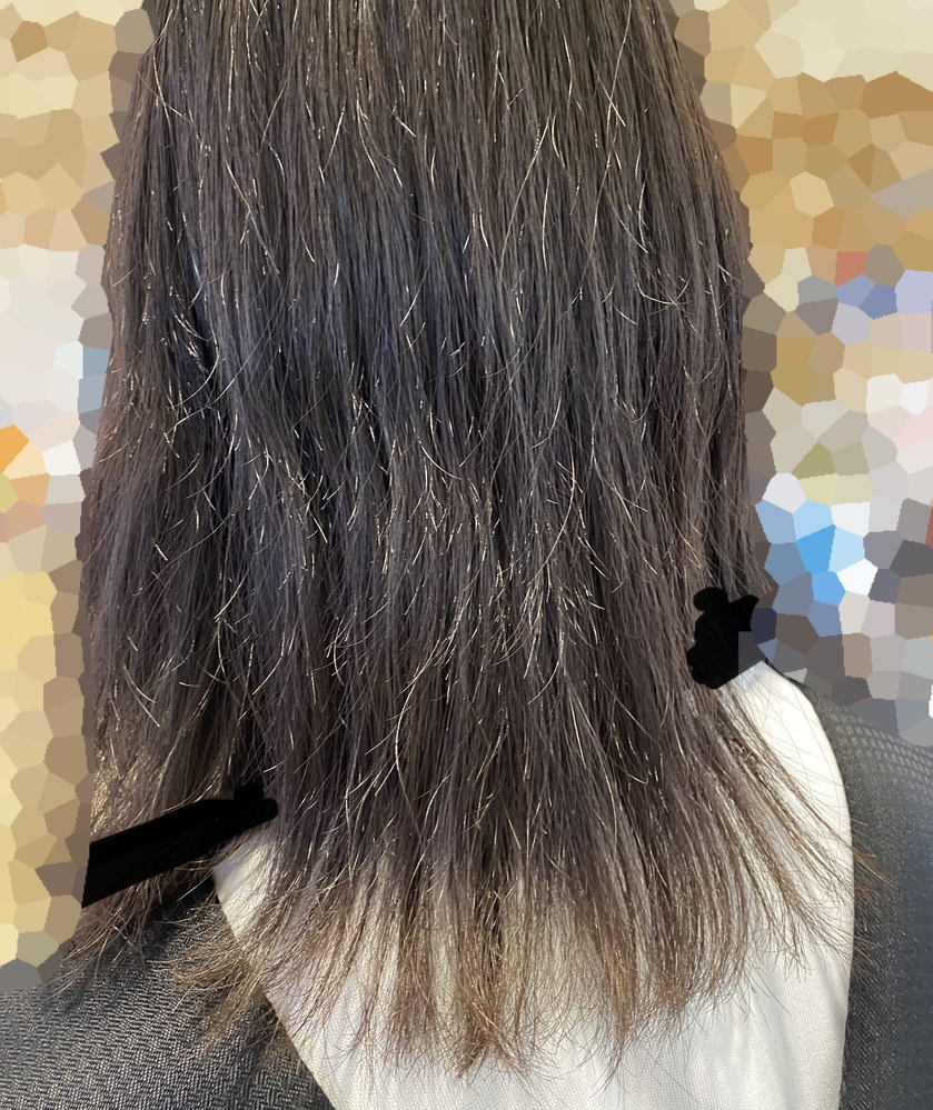 髪の毛がパサパサで困ってます ( ;_; ) 元々かなり強めのくるくるくせっ毛で、3ヶ月くらい前に縮毛矯正をかけました。 耳から下は弱めの矯正をかけるからアイロンで整えてね と言われたので、毎日アイロン(120℃)使ってます。 また縮毛矯正をかけ直すか、髪質改善をかけるか、それとも他の方法を試すか・・・ 詳しい方いたら教えてくれると嬉しいです!