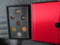 コインセット1987年(昭和62年) 父の終活を手伝っていたらこのようなコインのセットが出てきました 何円くらいで売れるものなのでしょうか? それともバラバラに分解しコインとして使用する方が良いのでしょうか?