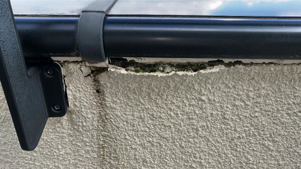 出来ればスキルのある職人さんや業者さんにお願いしたいのですが ベランダの壁が剥がれ落ちコケが生えています どのような修理になりますか? 費用が大まかに分かれば良いのですが 広さ的には1.5m×10m程度の広さがあります