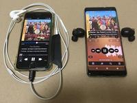 【完全ワイヤレスvs有線】貴方のイヤフォン音質比較結果を教えてください。 当方が「寝フォン」に使っているイヤフォン同士の対決として ・Sony WF-1000XM4 33000円 ・Apple EarPods 2000円 を実際に聴き比べてみました。 方法は、写真の様に、両方を同じ楽曲で再生状態にしておき、頻繁にイヤフォンを耳に付け替えて行いました。 使用した楽曲は当方が一番聴きこんでいる音...