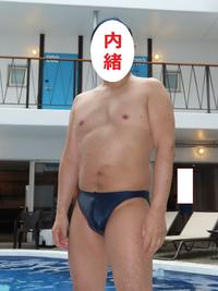 このような水着を着用してプールを使用する男性は、今はかなりの少数派のようです。どう思いますか? 個人的には、街中で穿く短パンのような水着や、体にぴったりしているものの凹の形をした水着は、水着らしくないと思っています。