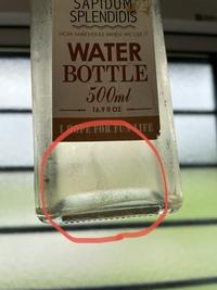 梅シロップ、保存してたけど、なんか出た…  今年も梅シロップを作りました。 去年も作りまして、毎回必ずりんご酢を入れるようにしています。 氷砂糖が溶けてから消毒した保存版に入れ、冷蔵庫で保管しました。  …なんですが、写真のように保存瓶の底の方に黒っぽい繊維系のふわふわした感じのものが沈澱した瓶もあれば底の方でゆらゆら浮いています。  何を調べても黒い繊維のようなもの、というの...