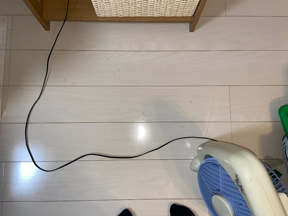 新築1年のフローリングの床に、身に覚えのない赤茶色のシミが出来てました。丸い中に、さらに丸い穴が空いたようなシミです。 何か置いていた訳でもないです。こぼしたような記憶もありません。 お湯でも除光液でもアルコールでも、何で拭いても消えません。 1年前(入居時)にフロアコーティングをしており、アセトンで拭いてみたらコーティングごと取れてしまいました。が、シミも取れました。 これがなんのシミかわかる方いますか? ここ以外の場所にも、数箇所まだらにあります